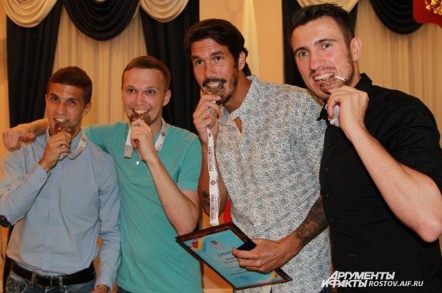 Ростовским футболистам вручили серебряные медали за сезон 2015-2016.