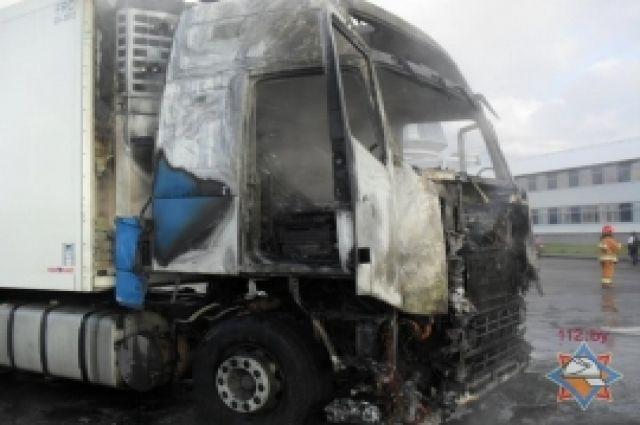 Во время движения по трассе М-53 загорелась кабина фуры.