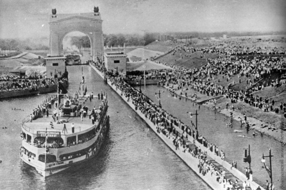 Теплоход Иосиф Сталин на трассе Волго-Донского канала.
