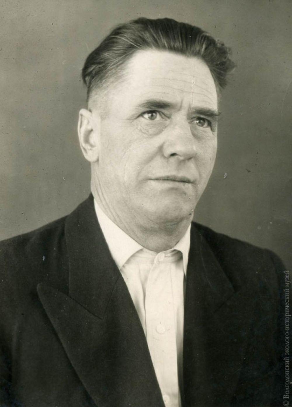 Один из геодезистов строительства П. Сидонский. Именно он передал в музей «ервый костыль».