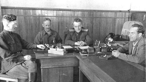Василий Барабанов с донскими писателями Михаилом Шолоховым и Виталием Закруткиным.