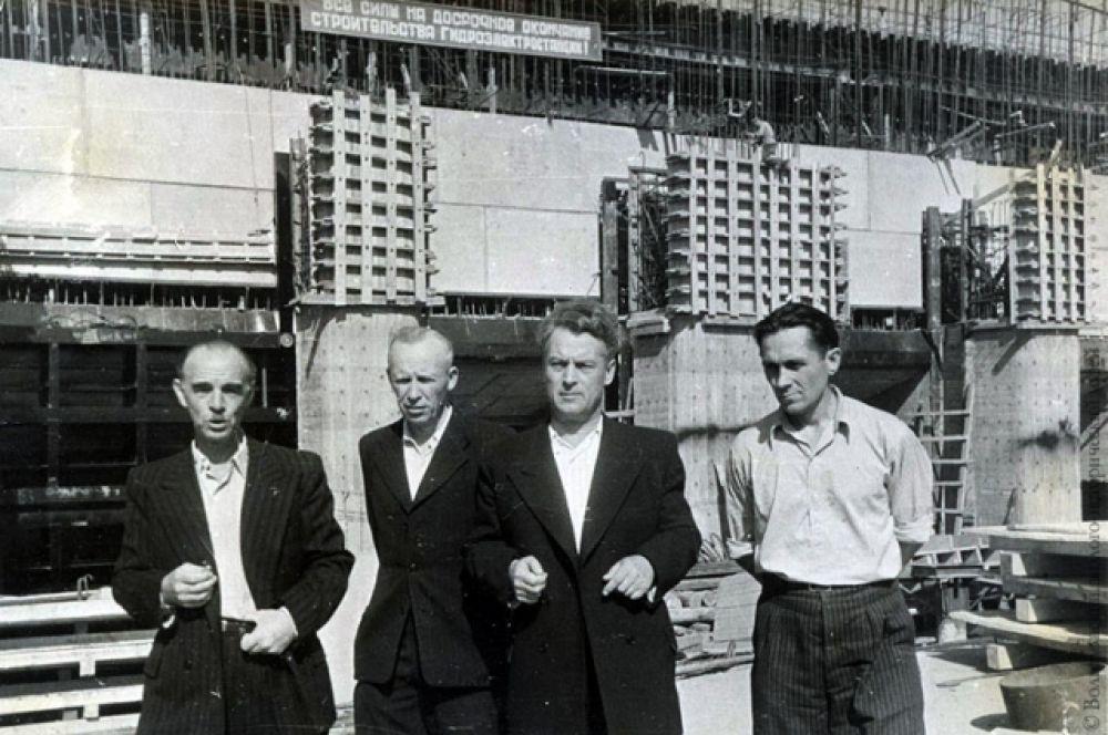 Начальник строительства ЦГУ В. А. Барабанов (в центре), главный инженер Н.В. Разин (второй слева), Г.А. Перышкин - зам. начальника поектного отдела (первый слева).