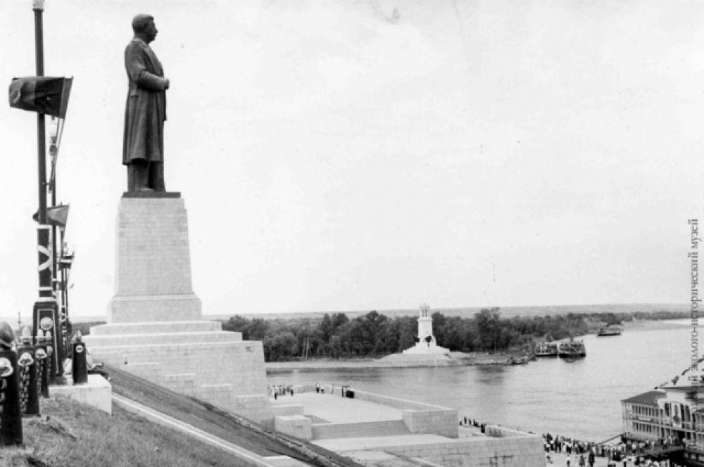 Возле первого шлюза (Волгоград) на высоком постаменте был установлен памятник И.В. Сталину.