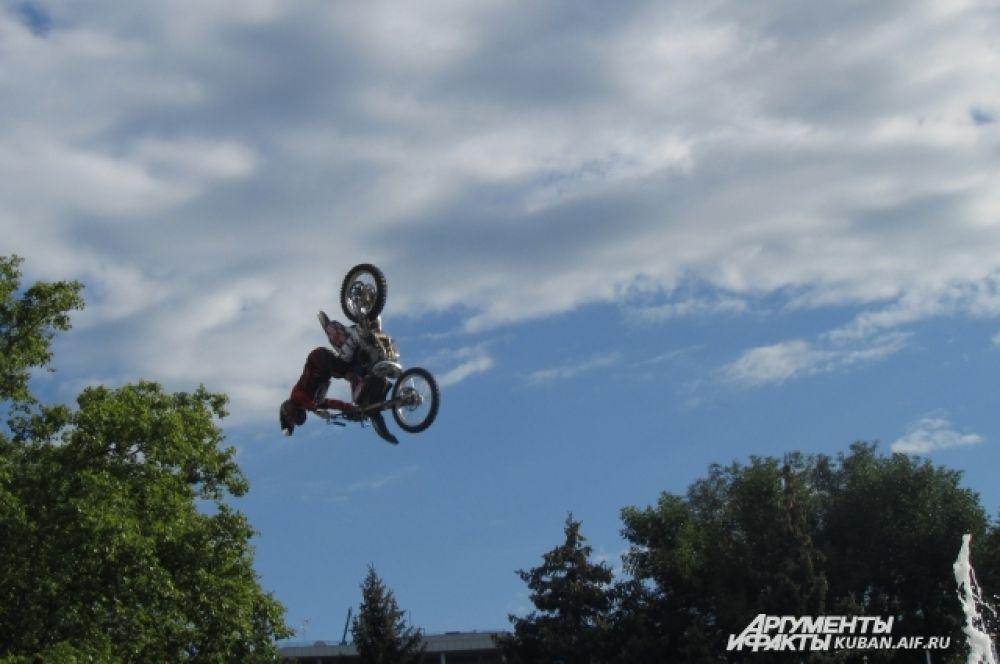 Мотогонщики прыгали через фонтан на площади, выполняя в воздухе различные трюки.