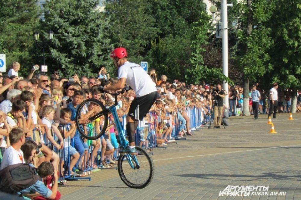 Между выступлениями команды FERZ можно было наблюдать за мастерством кубанских спортсменов в дисциплине триал - преодолении препятствий на велосипеде.
