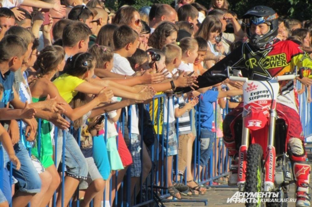 Евгений Степной приветствует зрителей.