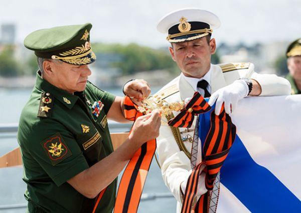 Награду вручал лично министр обороны России генерал армии Сергей Шойгу, который специально прибыл в Севастополь.