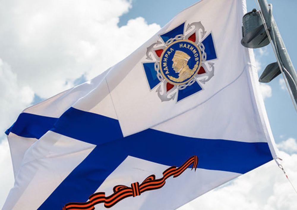 После торжественного мероприятия на кормовом флагштоке крейсера «Москва» состоялась церемония подъема гвардейского орденского военно-морского флага.