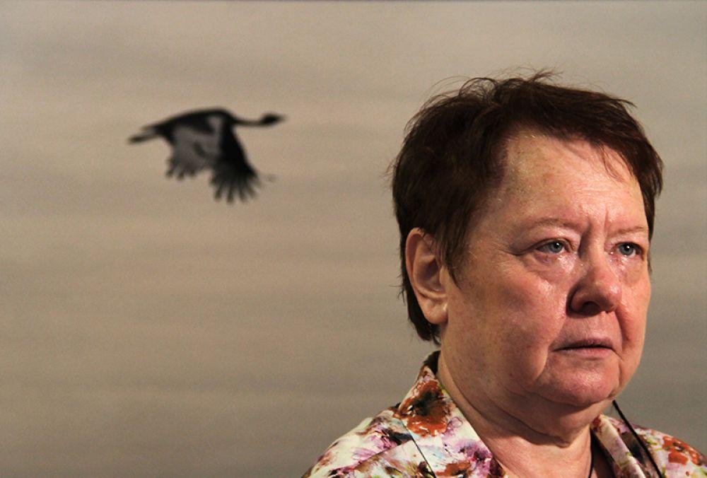 Директор музея Елена Сергеева на фоне одного из миров Юрия Роста