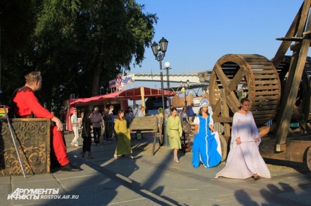 «Артистов» переодевали в старинную одежду и придумывали им роли.  Сценка, когда царь выбирает невесту. В роли сказочных героев простые ростовчане. Действо сопровождалось аплодисментами и смехом.