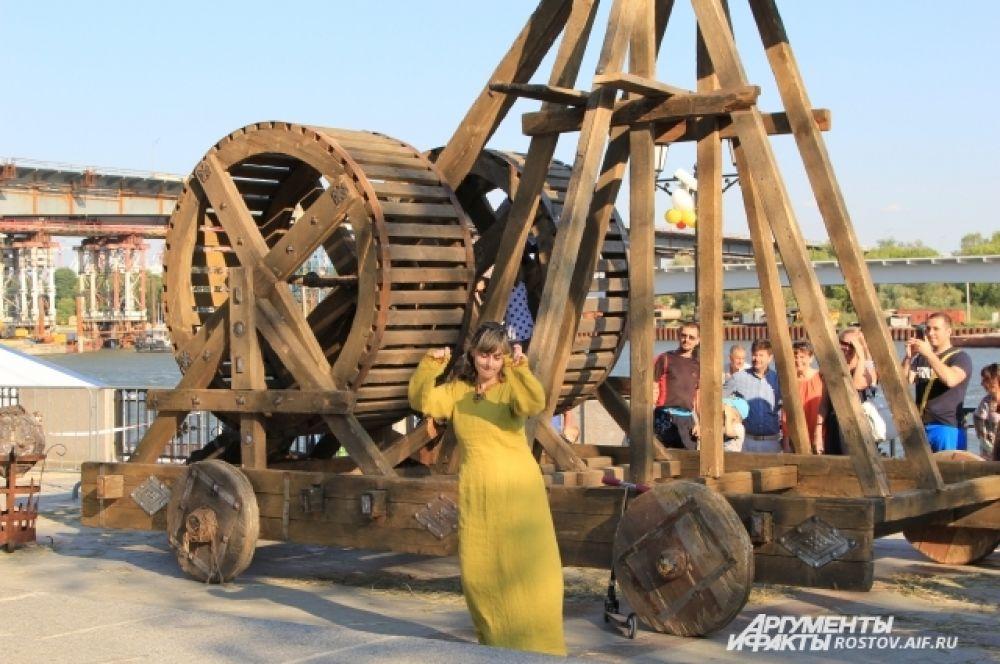 Киноплощадку оборудовали на старинный манер с деревянной катапультой. Режиссеры, операторы и гримеры работали с кинодебютантами из числа гостей фестиваля.