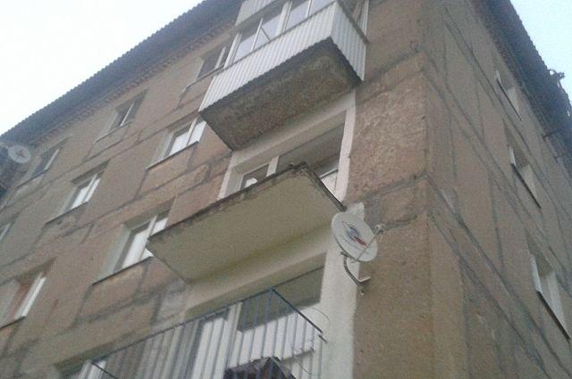 В посёлке углеуральский с балкона выпали две пьяные женщины .