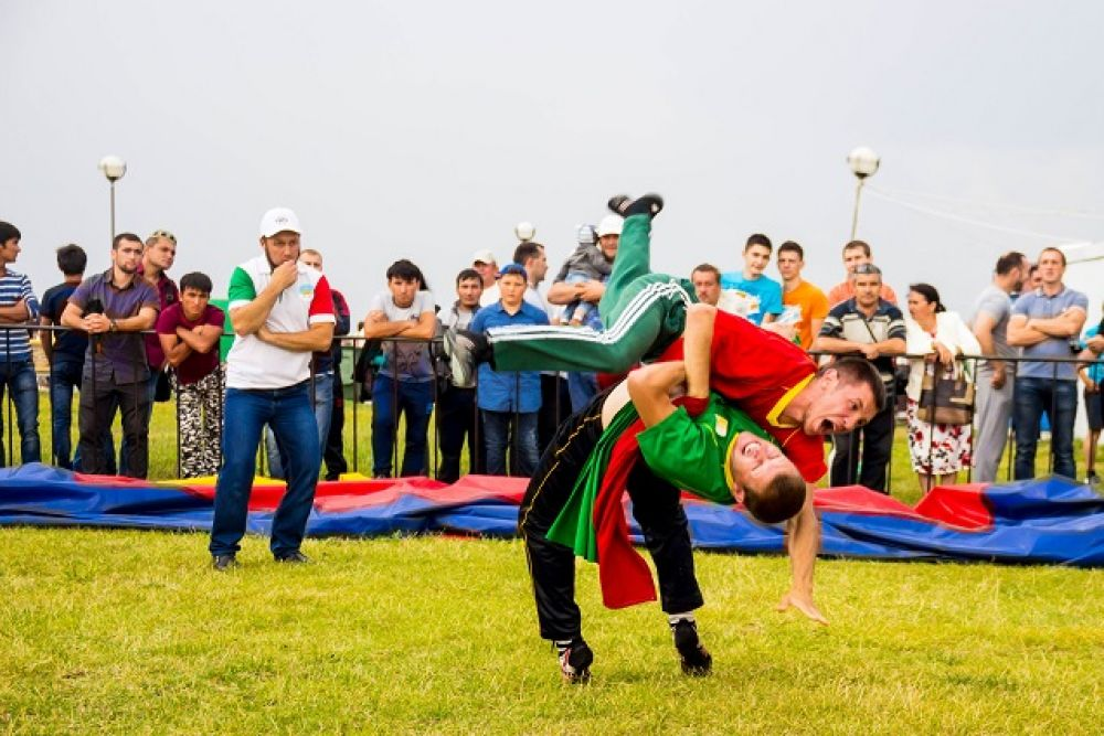 Борьба с элементами акробатики.