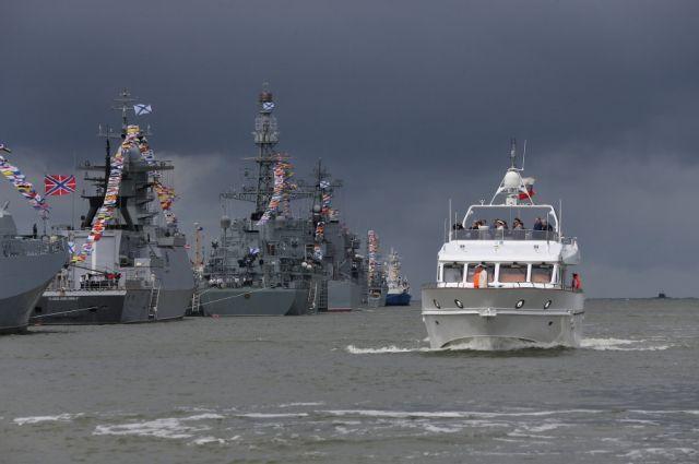 Корабли Балтфлота начали формировать парадный строй перед Днем ВМФ.