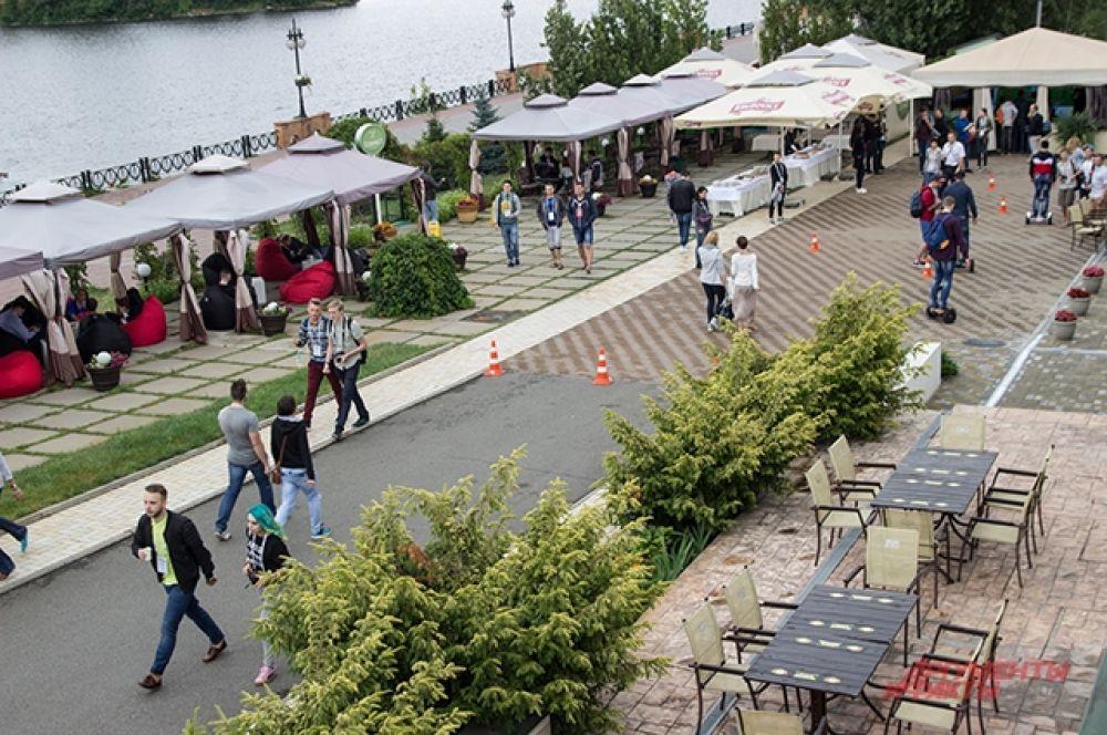 Чуть ниже за террасой были места для отдыха, площадка для гироскутеров, а также игровое место для любителей компьютерной игры FIFA