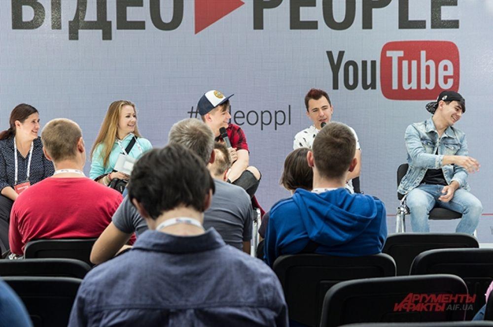 Тут выступали известные игровые блоггеры и летсплейщики