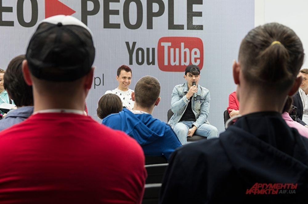 После вступительной конференции была панельная дискуссия по работе с игровым контентом на Youtube