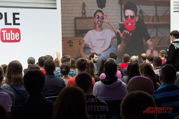 Команда организаторов развлекала время от времени забавными видео