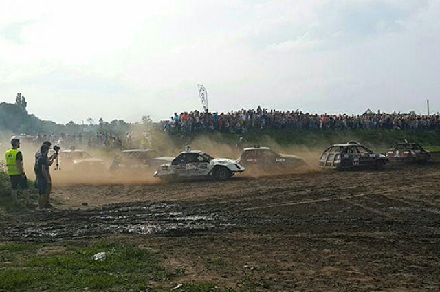 Под Калининградом во время гонок на выживание авто влетело в зрителей.