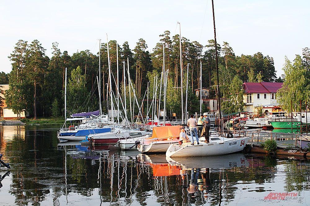 Некоторые этапы соревнований начались на закате.
