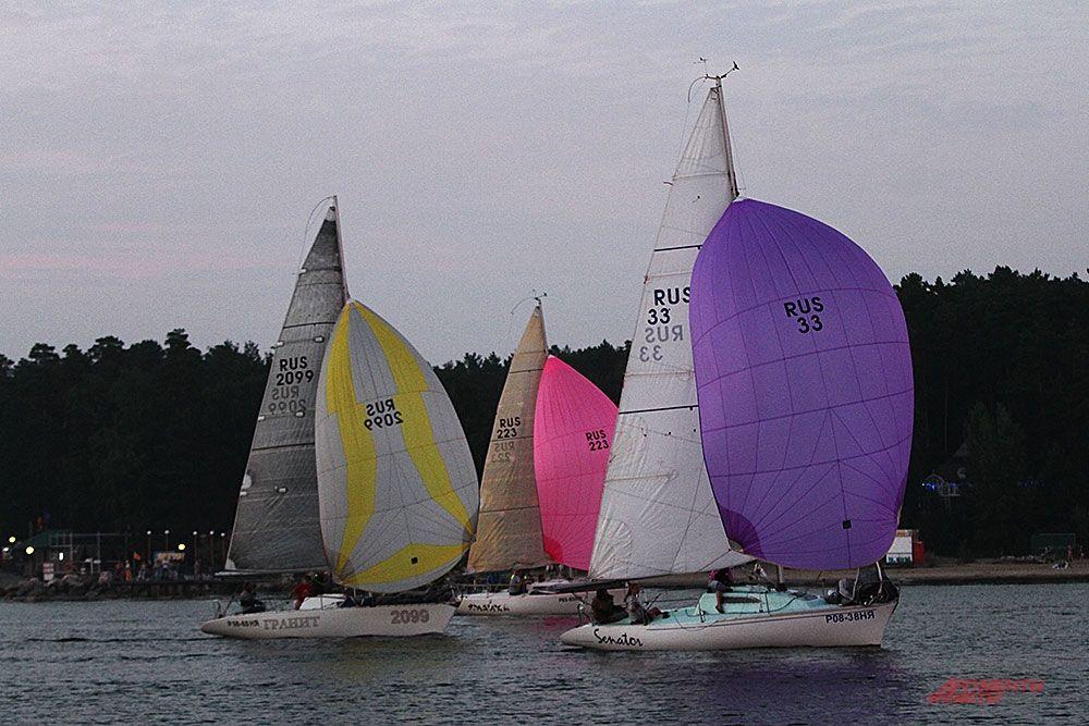 Уже на закате финишировали последние участники под цветными парусами.