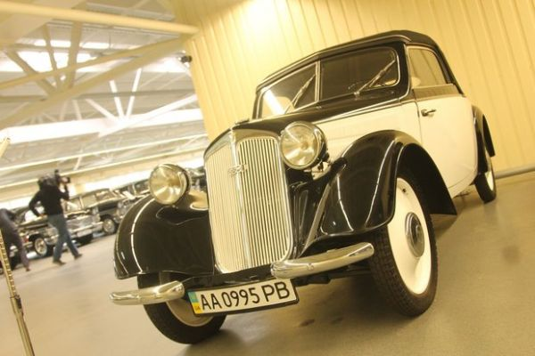 Немецкий Dampf Kraft Wagen (DKW) 1938 года выпуска с откидным верхом