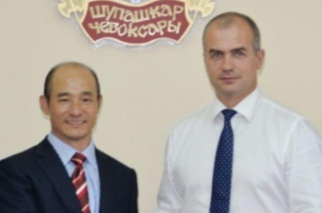 Господин Фу Бяо (слева) и сити-менеджер Чебоксар Алексей Ладыков (справа)