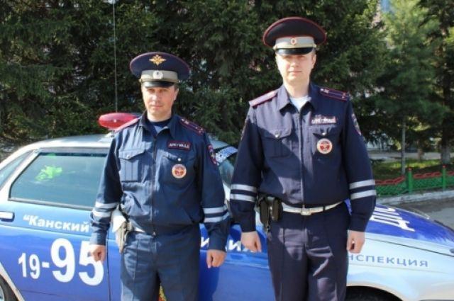 Андрей Парфенов и Денис Микуляк рано утром патрулировали улицы.