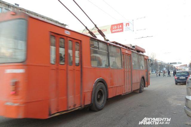 Специалисты уже начали монтаж троллейбусных линий.
