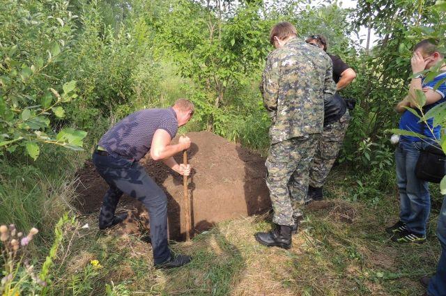Труп закопал в огороде дома.