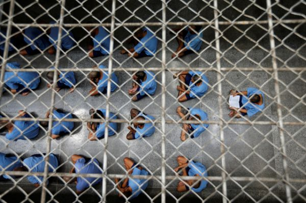 Заключенные проводят в своих камерах 14 часов в сутки, в одной такой камере может находиться 25 и более человек.