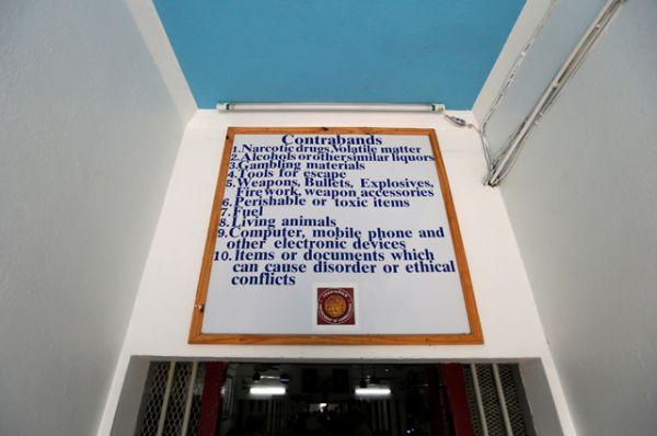 Инструкции и правила поведения на стене внутри тюрьмы Клонг Прем.