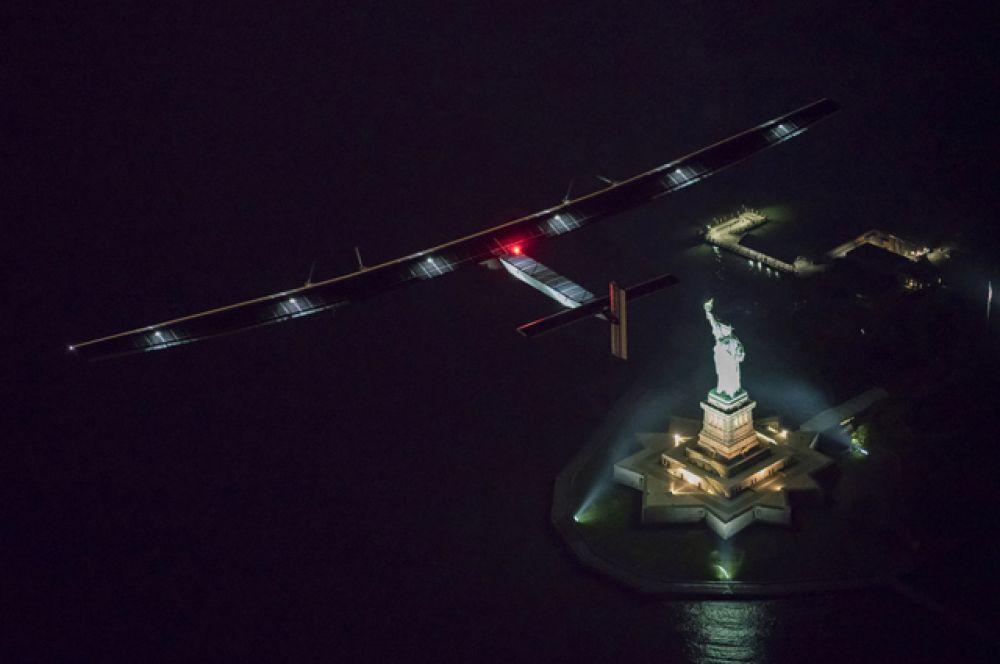 Solar Impulse 2 над Статуей Свободы, Нью-Йорк.