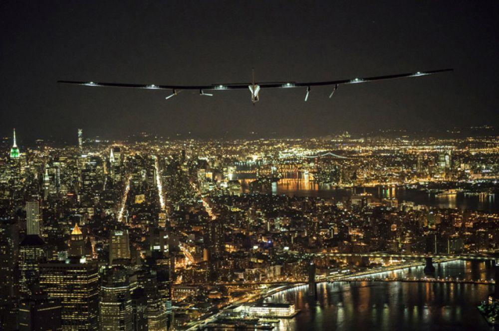 Solar Impulse 2 над Манхэттеном.