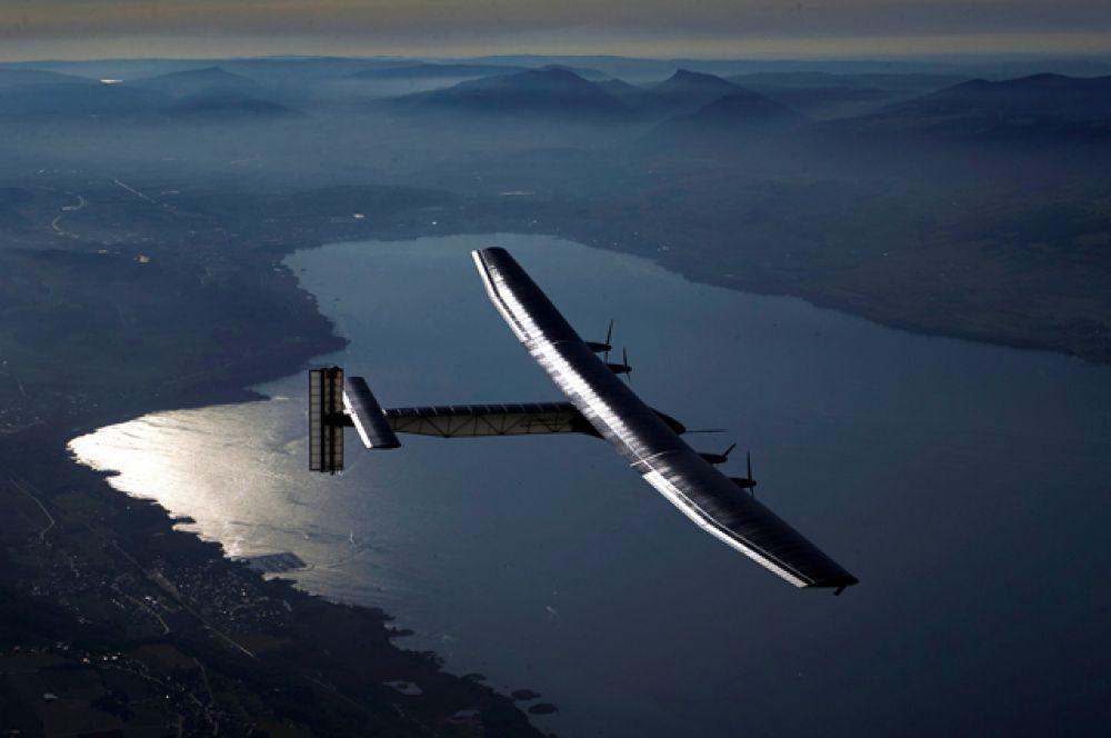 Solar Impulse 2 над озером Невшатель, Швейцария.