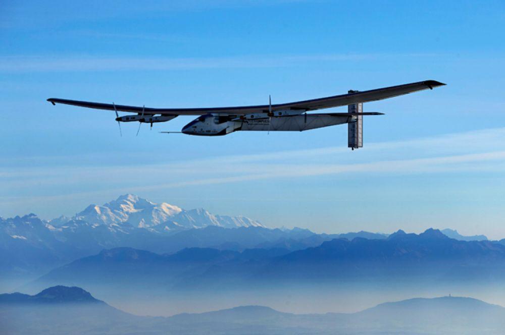 Solar Impulse 2 над городом Пайерн, Швейцария.