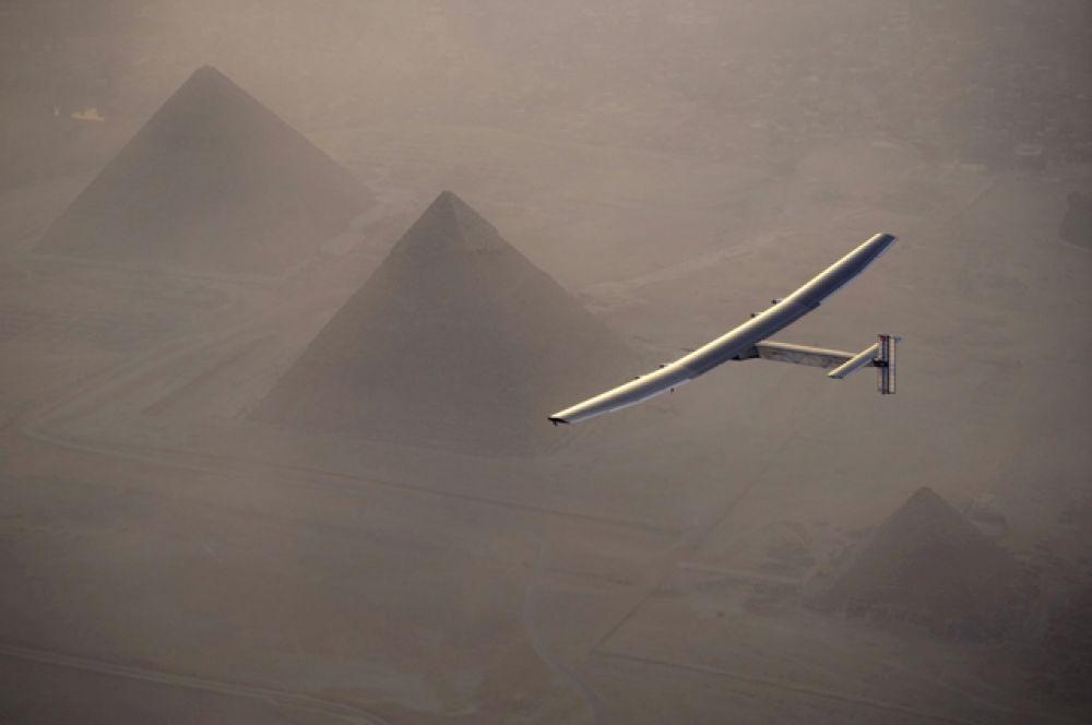 Solar Impulse 2 над пирамидами Гизы.