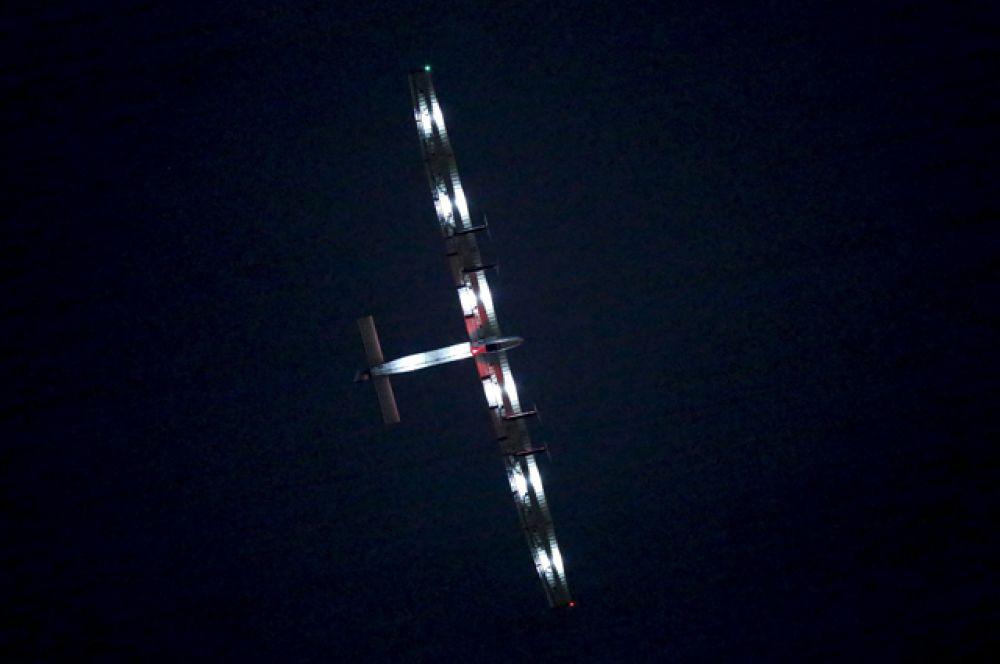 Solar Impulse 2 над аэропортом Нагоя, Япония.