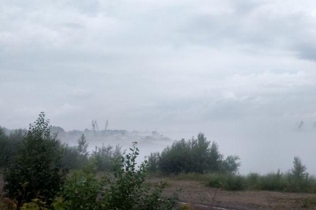 Из-за тумана на реке практически ничего не видно.