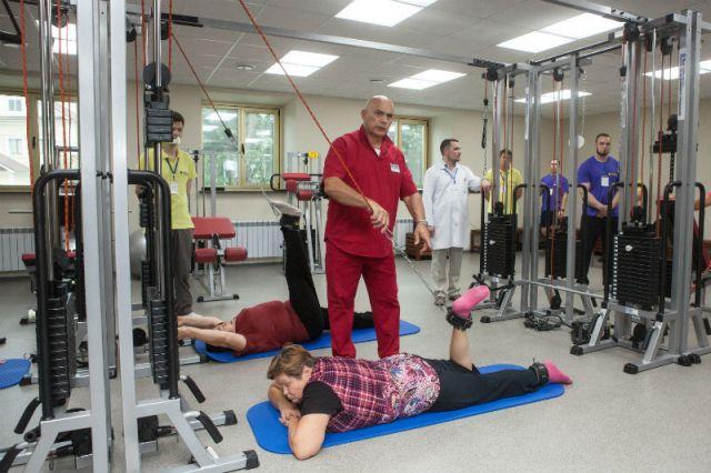 Профессор Бубновский учит правильным движениям, занимаясь естественной медициной.