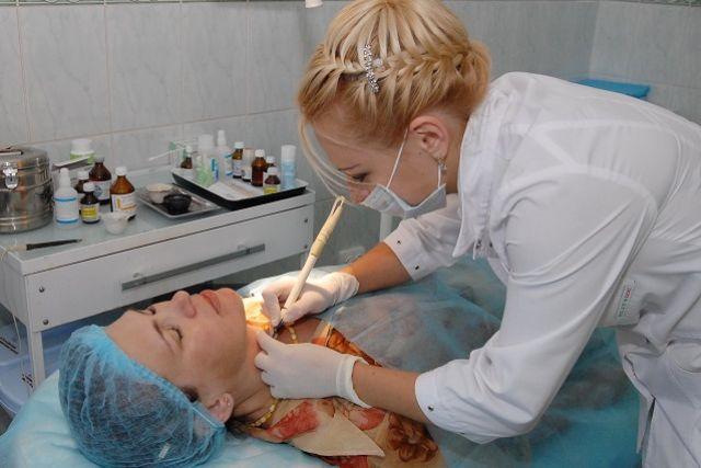 Калининградка засудила салон красоты за химический ожог во время процедуры.