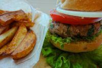 Первые гамбургеры стали продавать 68 лет назад в Калифорнии.