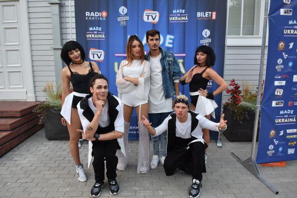 Дуэт Время и Стекло со своими танцовщиками