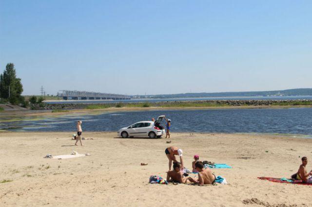 Некоторые любят отдыхать за границами официально разрешённых мест. Симпатичная «лужа» в шаге от Центрального пляжа.