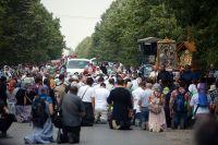 Участники Всеукраинского крестного хода мира, любви и молитвы за Украину, заблокированного в Киевской области.