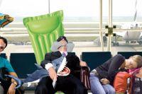 Вместо пляжей люди лежат на полу в аэропорту.