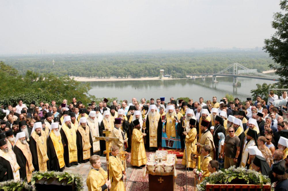 Митрополит Киевский и всея Украины Онуфрий совершил молебен на Владимирской горке.