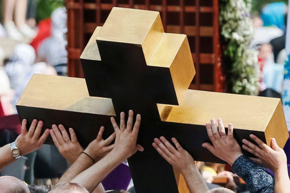 Первые участники крестного хода на Украине уже достигли лавры.
