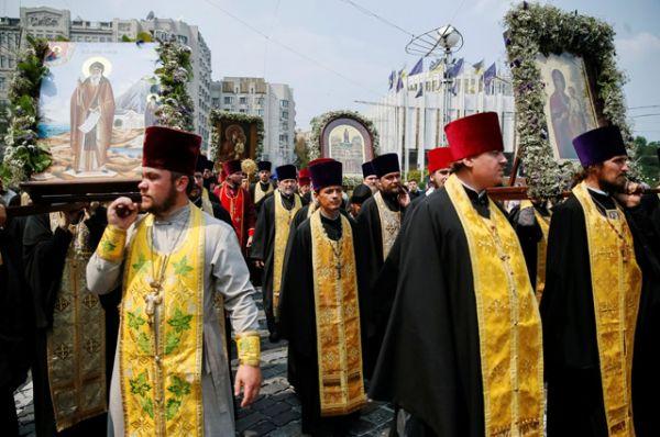 Участвующие в нём священно- и церковно- служители идут попарно в полном облачении, во время шествия поётся молебный канон.