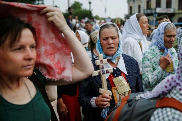 Множество людей продолжает прибывать по улице Ивана Мазепы и с Европейской площади.